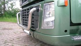 Volvo FH16 orurowanie przednie widok boczny
