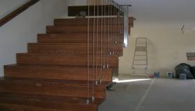 schody z linkami zabezpieczającymi