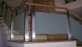 balustrada z pochwytem drewnianym